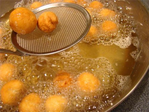 Struffoli frying