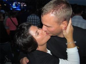 Kenny kiss them